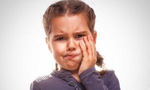Absces na ďasnách: príčiny, symptómy a liečba u dieťaťa