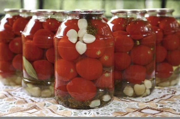 Slivky s paradajkami a cesnakom na zimu