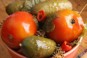 Marinované uhorky a paradajky na zimu - rýchle, chutné a ľahké