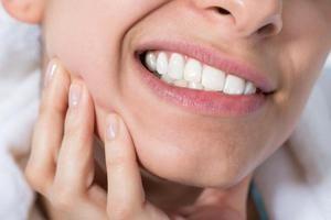 Prečo to poškodzuje zuby, príčiny a liečbu